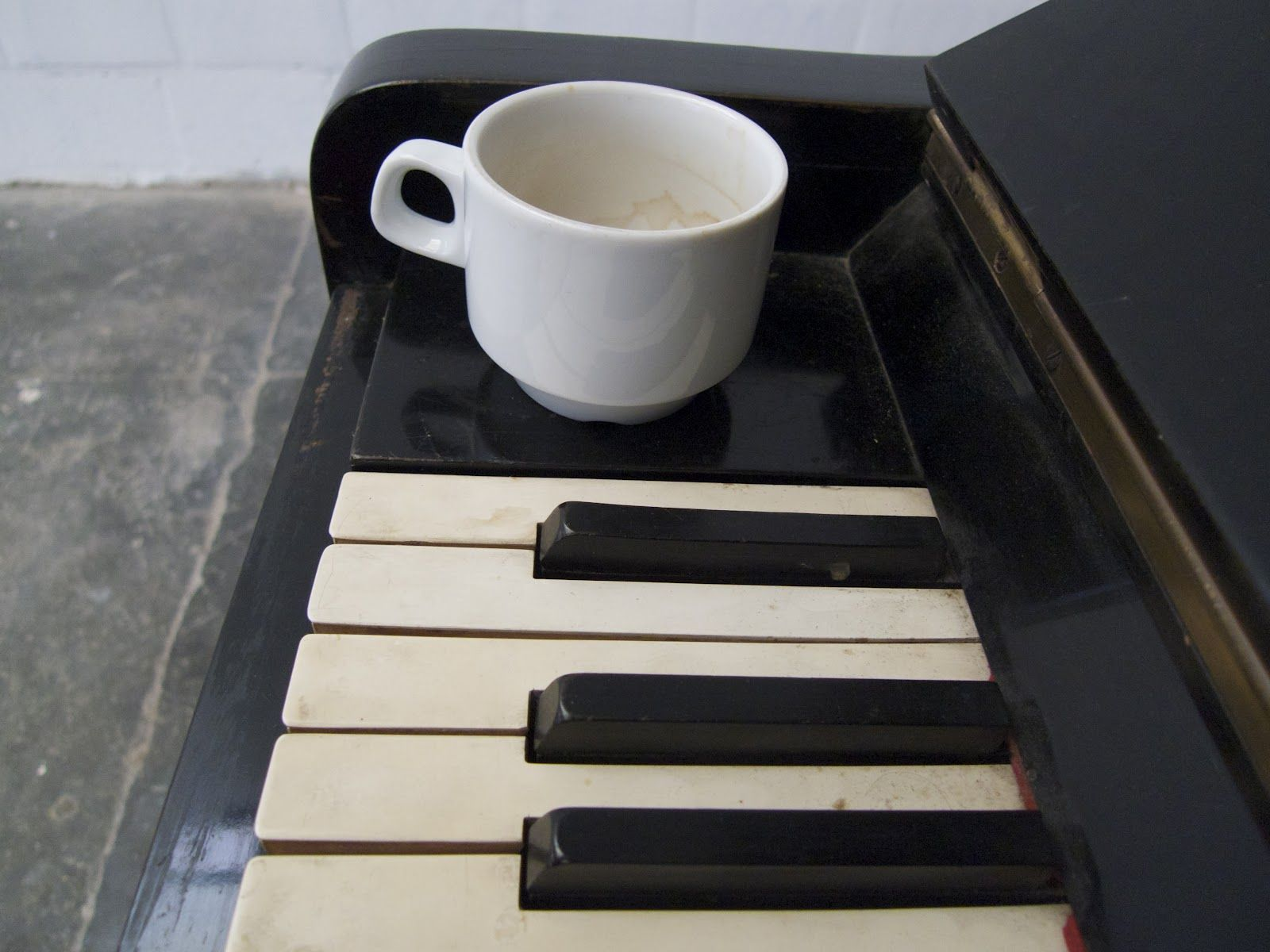 Чашата горещо кафе сутрин