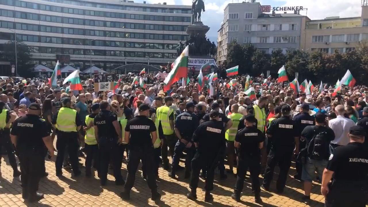 Защо беше този странен протест в София?